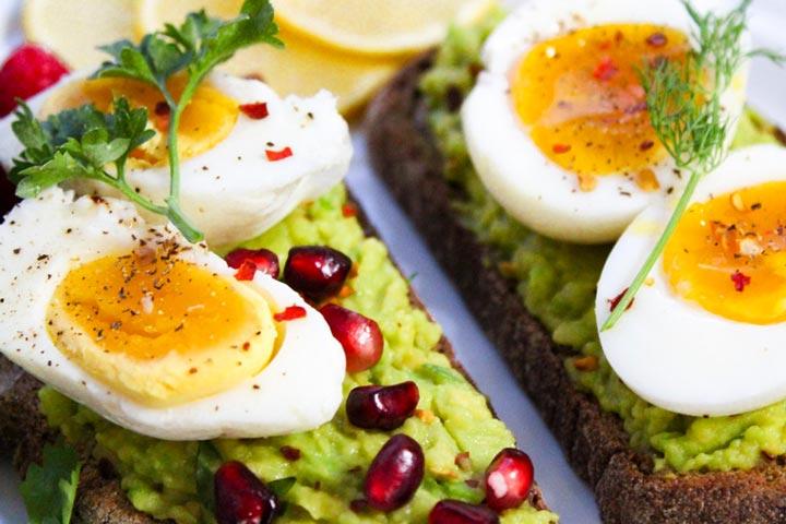 Gemüseaufstrich und Ei zum Frühstück
