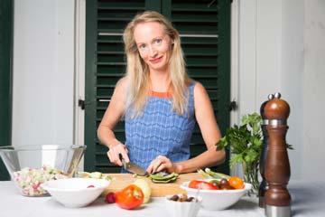 Rose Sachslehner beim Zubereiten eines Salates mit sehr bunten Zutaten