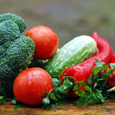 Tomaten, Gurken, rote Paprika, Broccoli roh