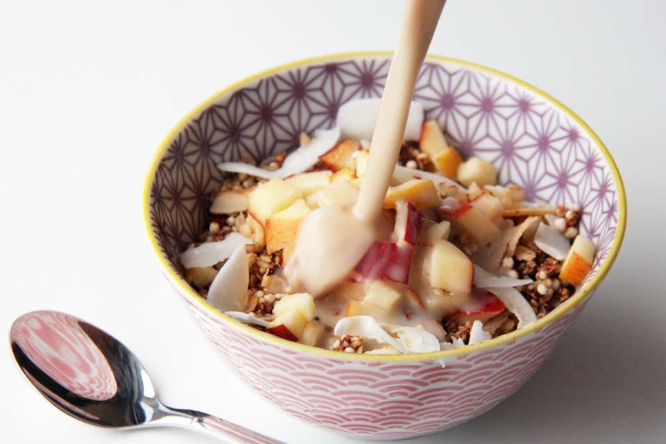 Granola mit frischem Apfel und Hafermilch