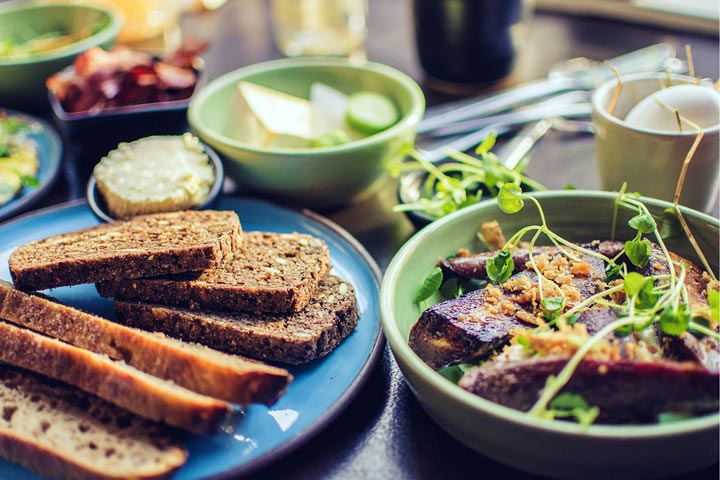 Ballaststoffe in Vollkornbrot und Gemüse