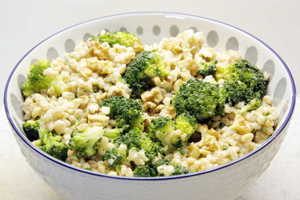 Brokkoli als Bowl mit Dinkelreis und Apfeldressing