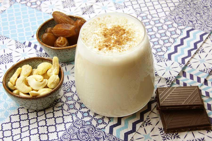 Cashewmilch mit Datteln gesüßt