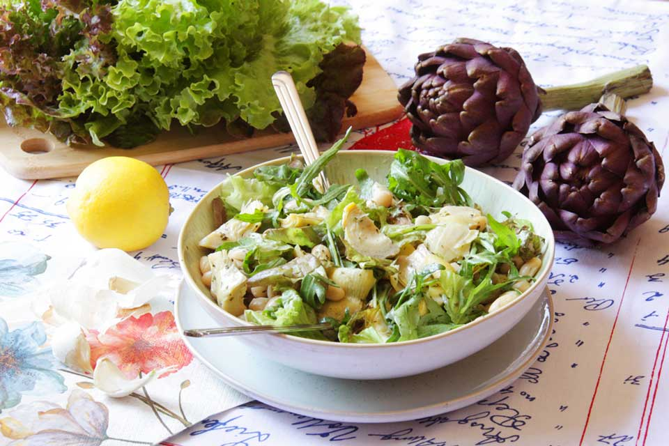 Artischocken-Blattsalat mit weißen Bohnen