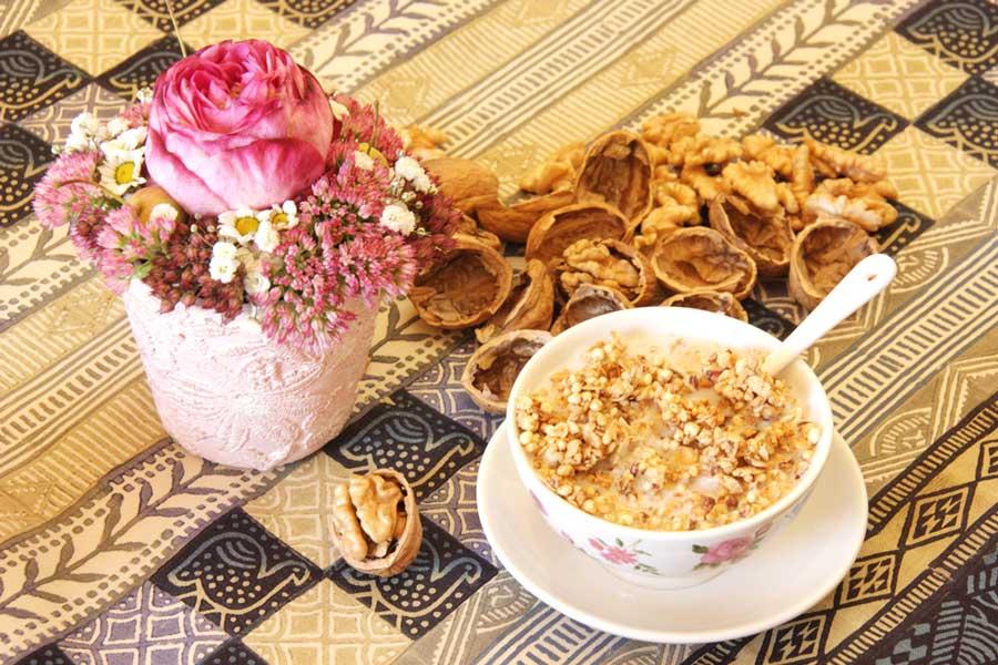Warmes Granola und Blumen für die Seele