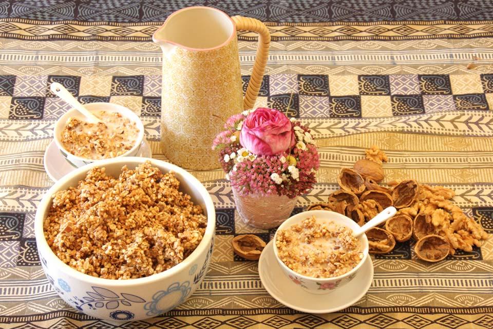 Granola warm und duftend am Frühstückstisch