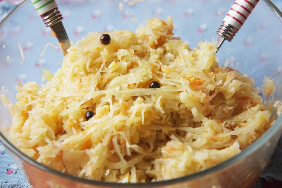 Sauerkrautsalat mit Apfel und Karotte