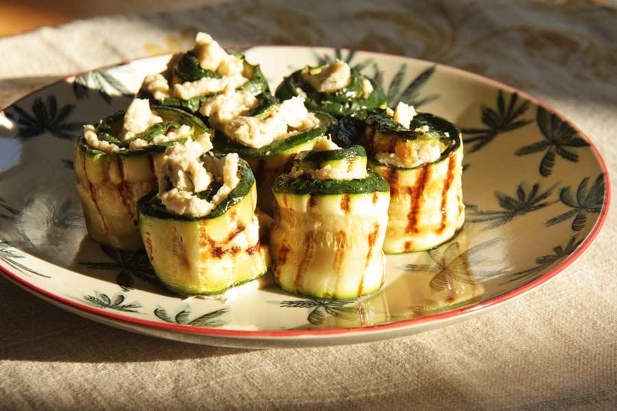 Zucchiniröllchen als Vorspeise serviert