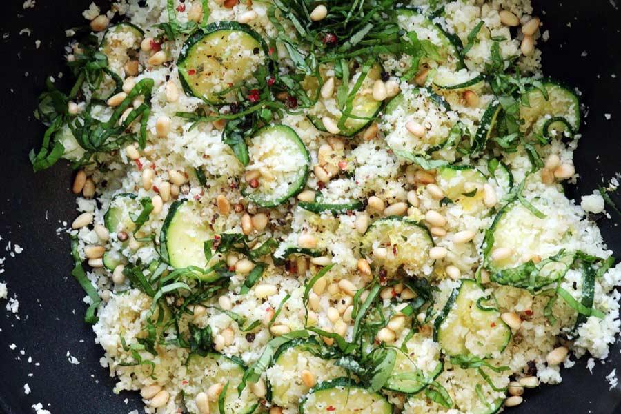 Karfiolreis mit Zucchini und Pinienkernen