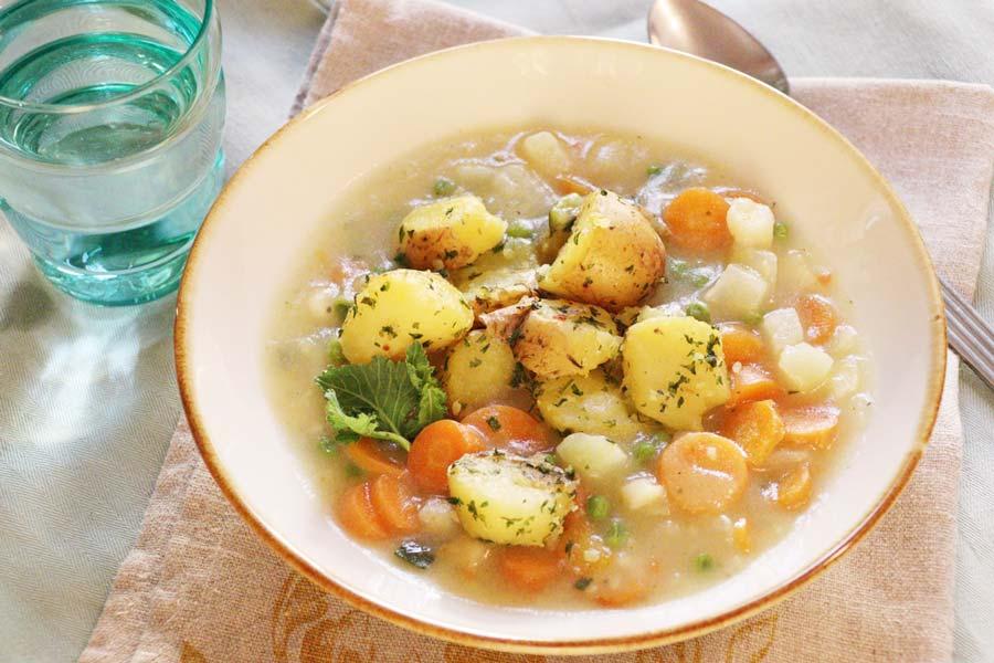 Gebundene Gemüsesuppe mit Petersilerdäpfel