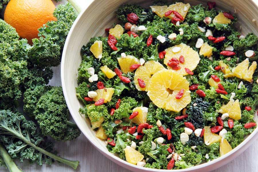 Grünkohlsalat mit Orange und Gojibeeren