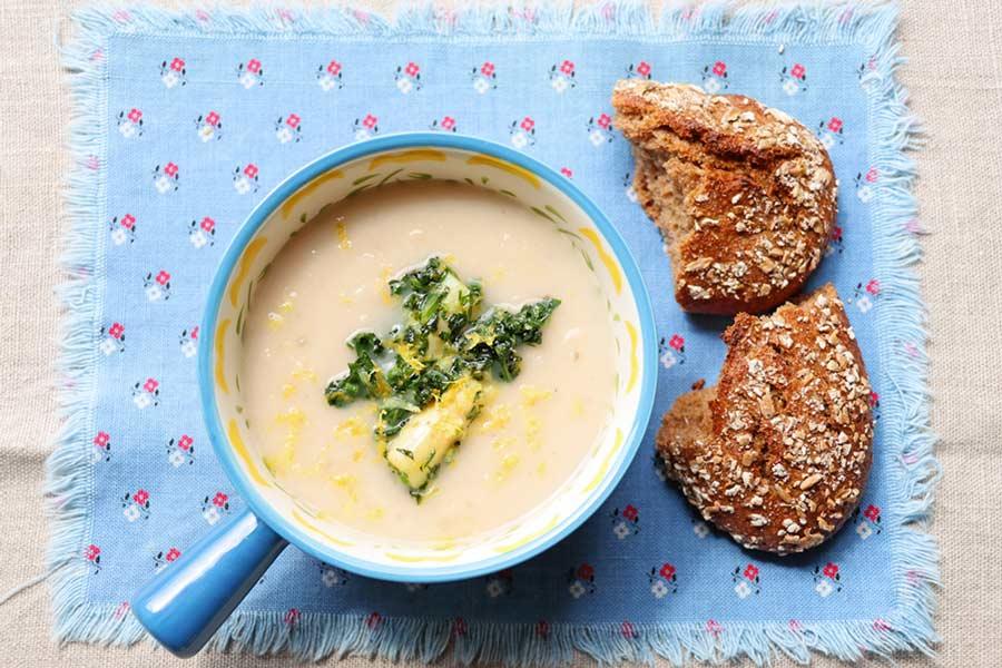 Spargelsuppe und Brot