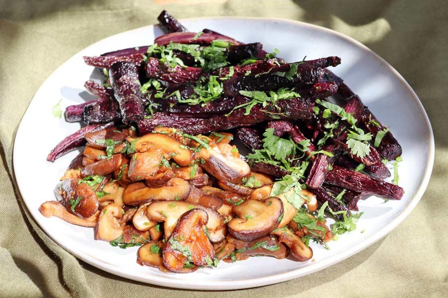 würzige Shiitale-Pilze mit lila Karotten