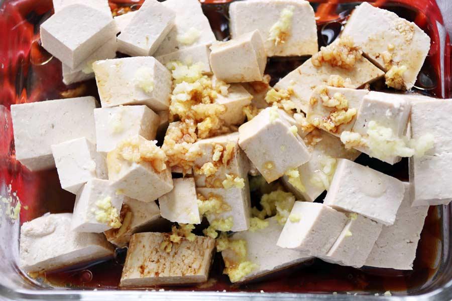 Tofu marinieren mit Ingwer und Knoblauch