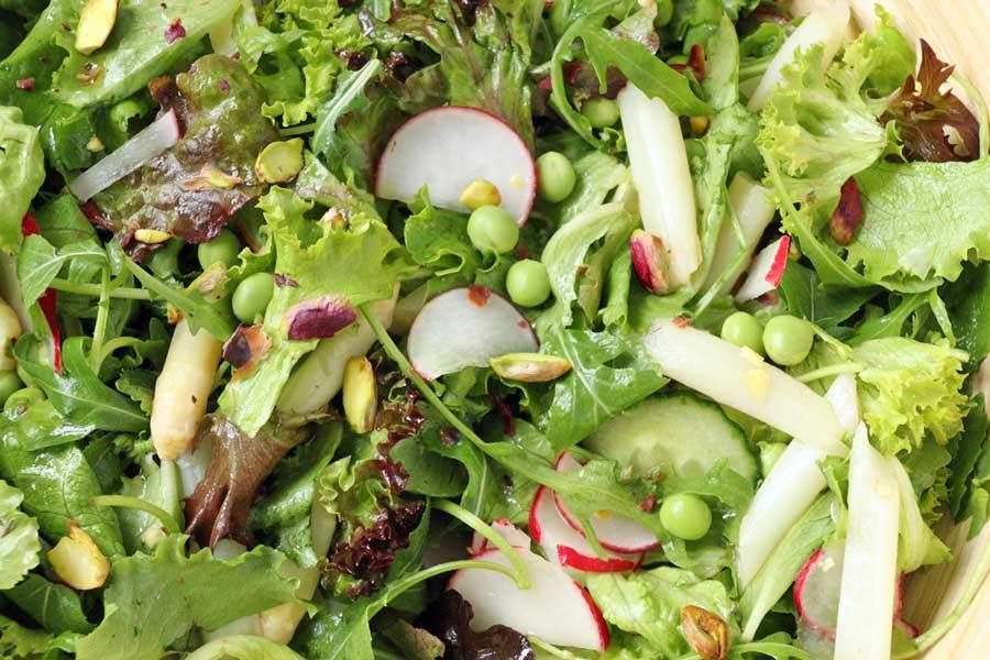 einige Pistazien für Biss im Salat