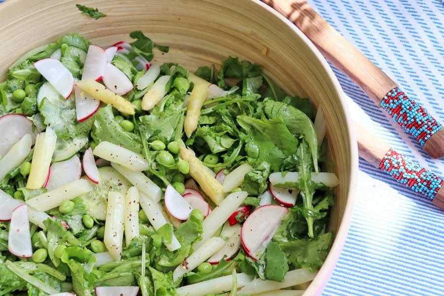 Salat mit Erbsen und weißen Spargel