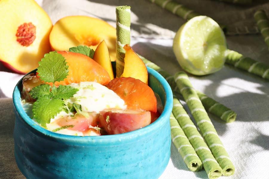 Dessert mit gedünsteten Pfirsichen und Nektarinen