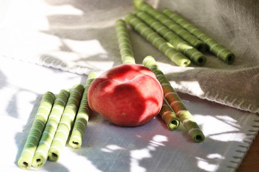 Pfirsich mit Matcha-Waffelröllchen