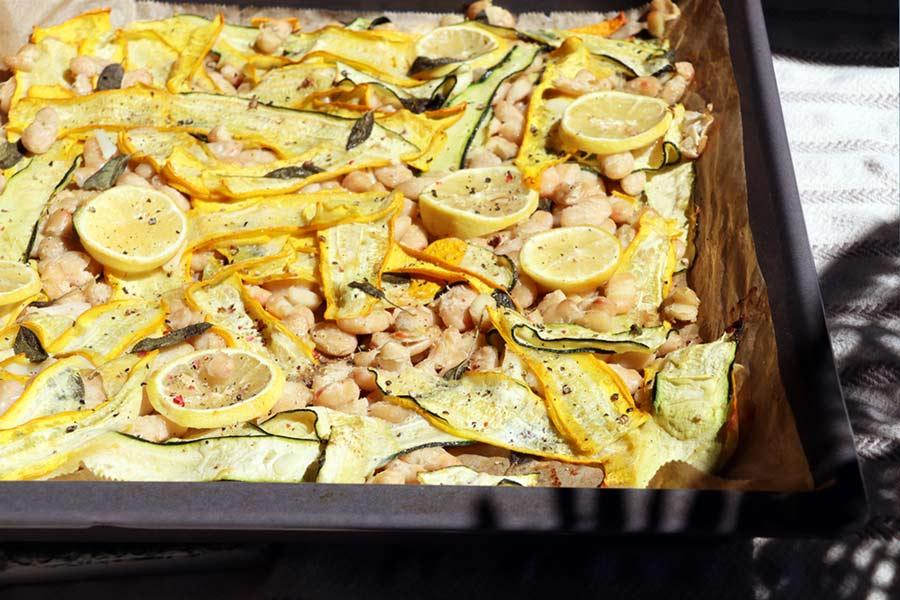 Riesenbohnen und Zucchini aus dem Ofen am Blech aufgetischt